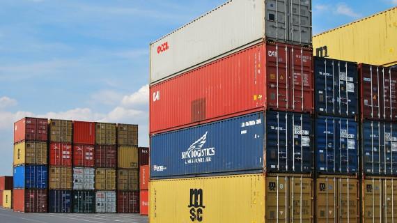 Ujednačena dinamika rasta izvoza i uvoza dovodi do povećanja robnog deficita